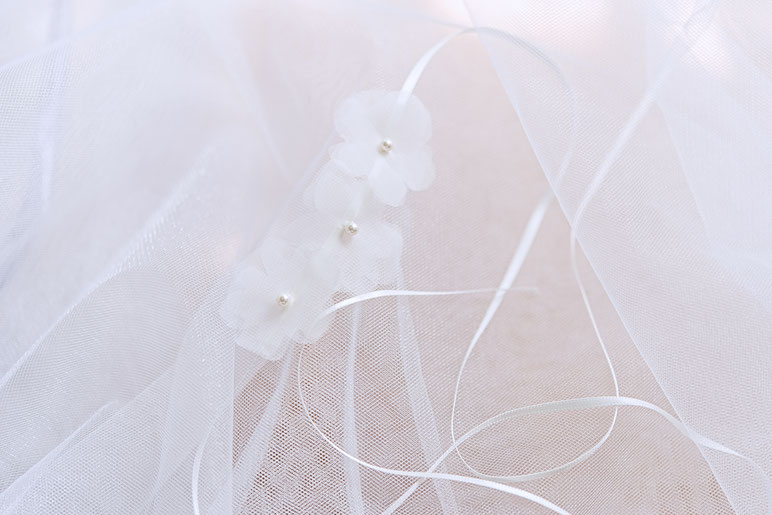 Haarband mit Seidenorganza Blüten. Brauthaarschmuck 2019 2020 - Bohemian Boho 20er Jahre Brauthaarschmuck aus Seide . Kopfschmuck aus Seide in Ivory. Headpiece wedding. Silk hair accessorie for the boho look.