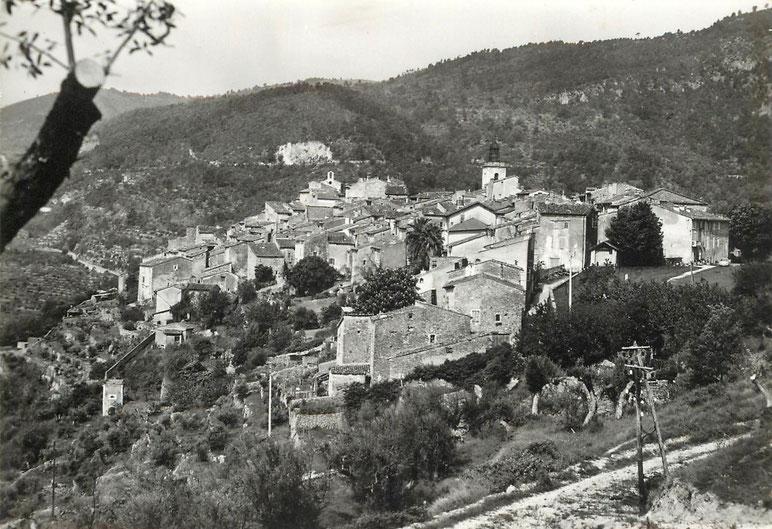 Claviers, vue générale depuis l'Est, quartier Sainte Hélène . Au fond les montagnes contreforts de Canjuers qu'allait rejoindre les hommes du Maquis Valcelli.