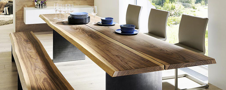 Essplatz mit Massivholz-Tisch, Tischplatte und Sitzbank mit natürlicher Baumkante