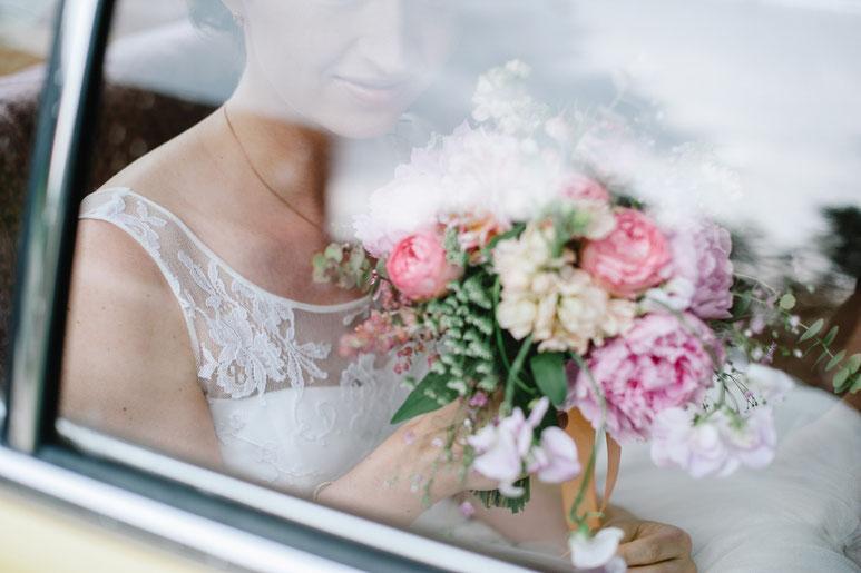 www.about-flowers.de Brautpaar mit Brautstrauß aus Eucalyptus, Dahlien, Pfingstrosen in mint-rosa