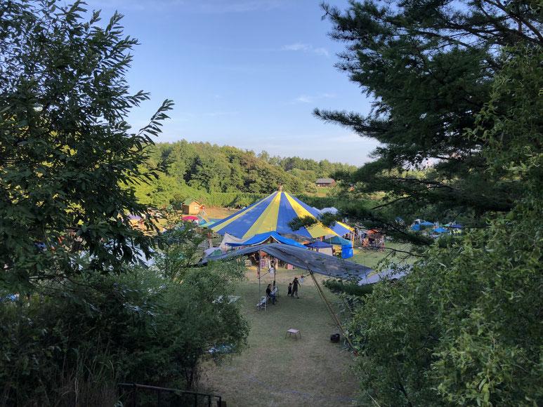 不安になるような山道を進むと、山の稜線と空を背景に、唐突に姿を表すお祭りのテントの広場。絵になります。