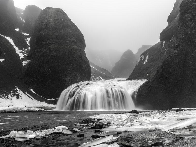 Landschaftsaufnahme mit Wasserfall im Winter als Farb-Photographie, Island/Iceland