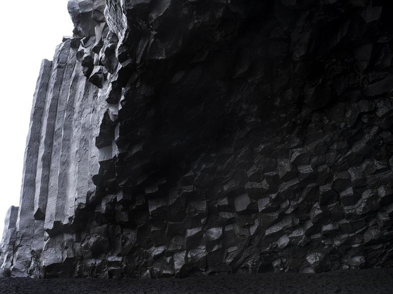 Landschaftsaufnahme von Gesteinsformationen am Strand von Vik als Farb-Photographie, Island/Iceland