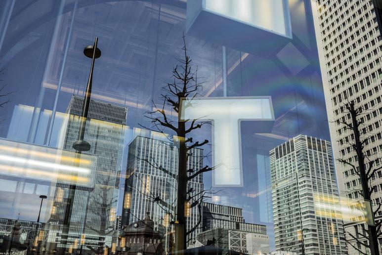 Spiegelung von Tokyo Station in Tokyo als Farbphotographie, Japan