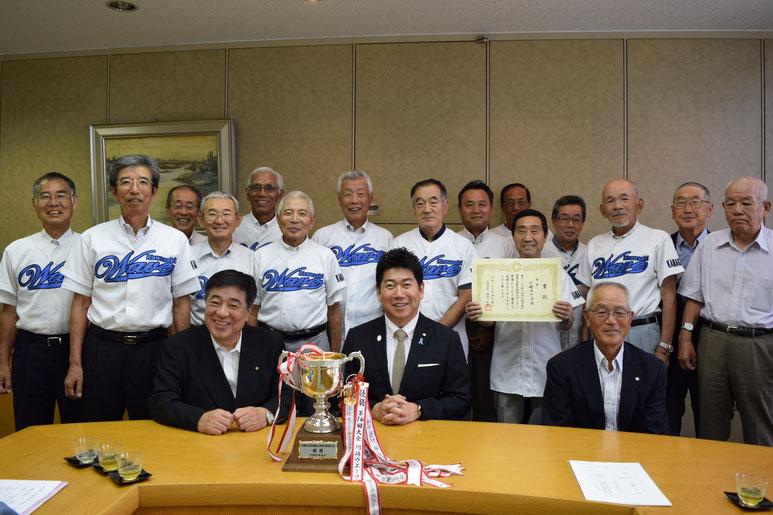 川崎市長杯優勝報告 2014年6月16日福田市長へ優勝報告のため、チームメンバーと表敬訪問