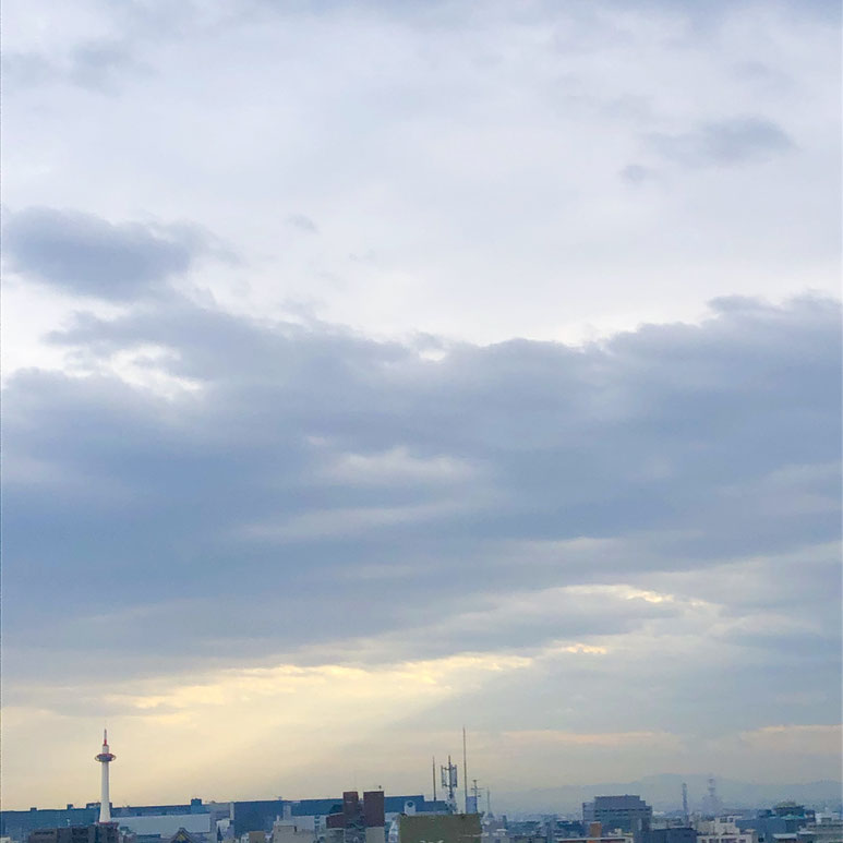 京都市下京区の心療内科、女医のいるメンタルクリニック、京都タワー、雲の合間から差す光