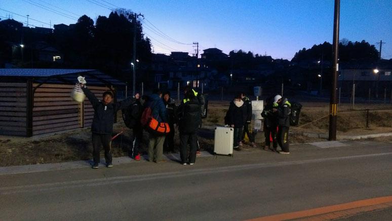 帰りのバスを待つ部員🚌この後送別焼肉会に向かう🍖