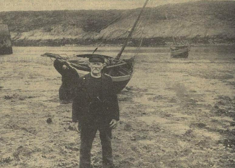 Le patron Miniou à 85 ans devant son canot la Sainte-Marie