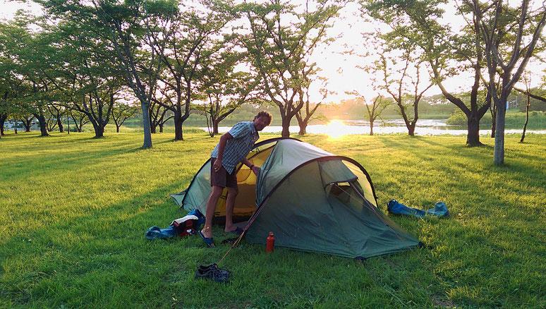 Wir finden immer wieder idyllische, ruhige Zeltplätze. Die offizielle Campingsaison ist in Japan gegen Ende August zu Ende.