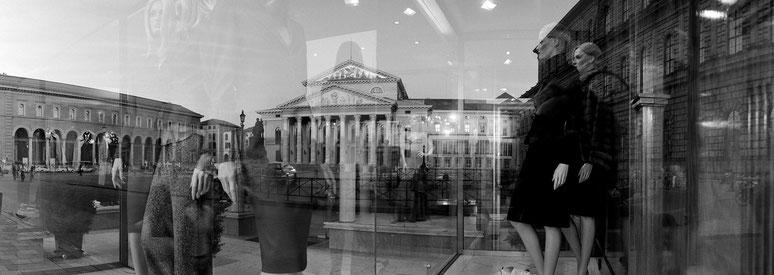 Staatsoper und Max-Joseph-Platz als Spiegelung in schwarzweiß als Panorama-Photographie, München