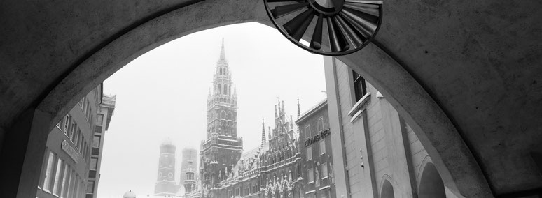 Wintermotiv Marienplatz München, Bayern, im Schnee in schwarzweiß als Panorama-Photographie