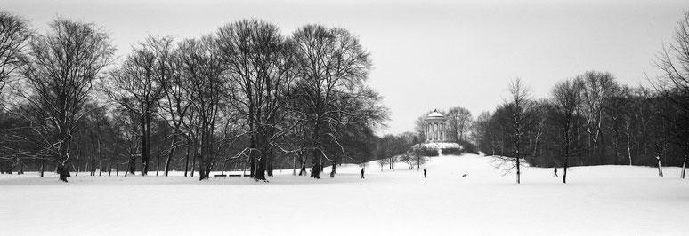 Wintermotiv Englischer Garten München, Bayern,  im Schnee in schwarzweiß als Panorama-Photographie, München
