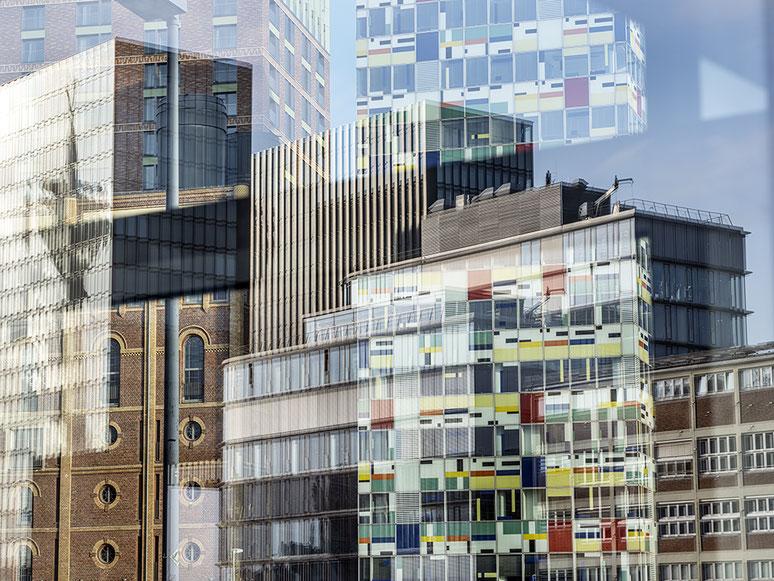 Medienhafen als Spiegelung als Farbphoto