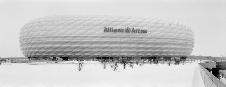 Wintermotiv Allianz Arena München, Bayern,  im Schnee in schwarzweiß als Panorama-Photographie, München