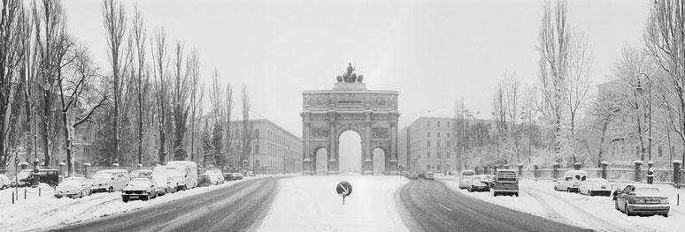 Wintermotiv Siegestor München, Bayern, im Schnee in schwarzweiß als Panorama-Photographie
