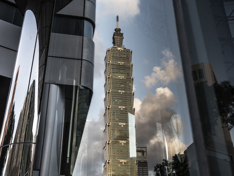 Spiegelung des Taipei 101 im Zentrum von Taipei, Taiwan, als Farbphoto
