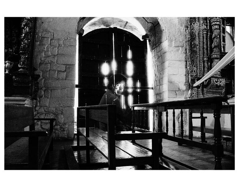 Conversaciones en la iglesia 11, 2004, Fotografía en b/n 35.5X28 cm