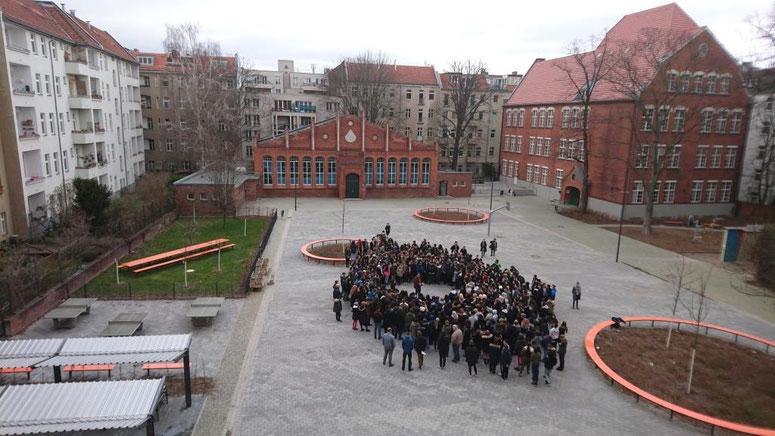 Alle Schüler*innen und Lehrkräfte  (die 10.Klassen und Teile der Oberstufe waren zu dem Zeitpunkt auf Gedenkstättefahrt in Auschwitz) während der Schweigeminute für die Opfer in Christchurch