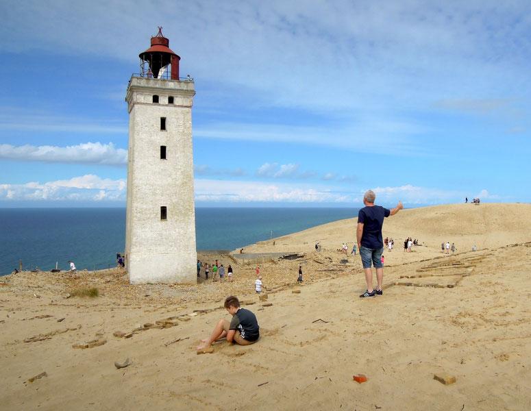 Kurz vor der Abbruchkante und dem Fall in die Nordsee – der Leuchtturm Rubjerg Knude Fyr. Foto: C. Schumann, 2019