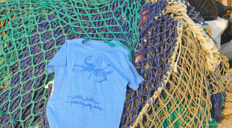 honourebel online brand store ueber der oberflaeche bild zeigt honourebel t-shirt mit krake am hafen bei sonnenuntergang
