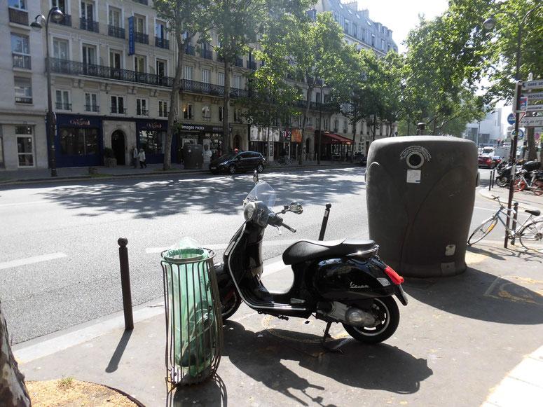 パリもvespaがたくさん。比べるとゴミ箱がどれほどデカいかが分かる。