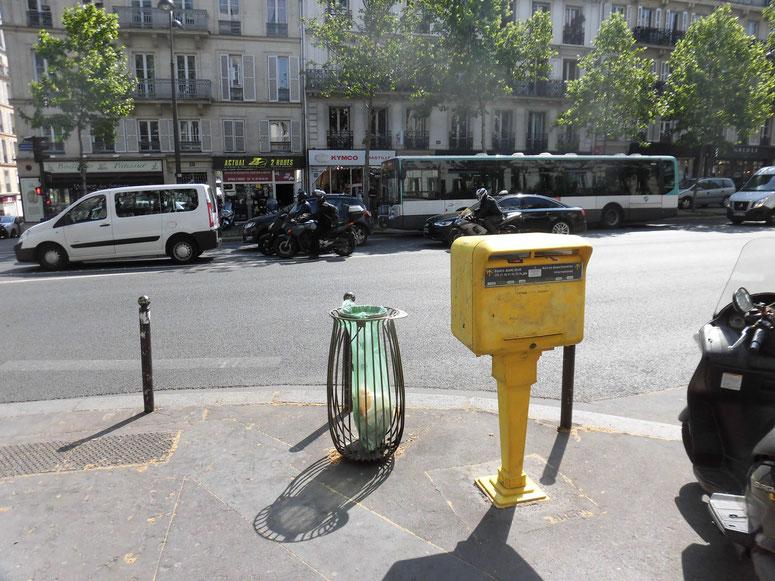 路上のごみ箱とswedenと同じ黄色いポスト