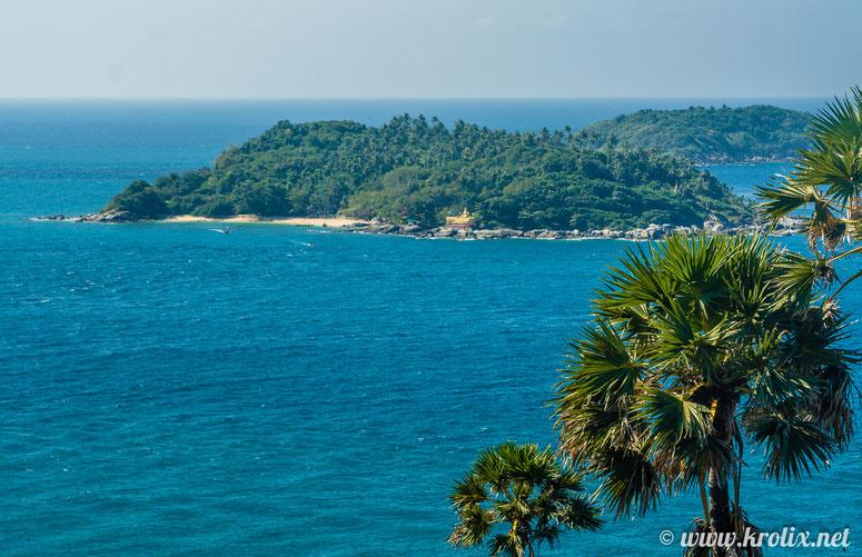 Вдалеке виднеется остров с дурацким названием Koh Kaeo Yai. У него свой пляж и даже культовое сооружение.