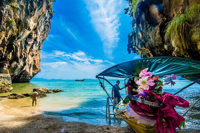Или вот этот. Цветочки, ребёнок, панорама, словленный солнечный зайчик и спешивающиеся мусульманки... Ну ладно, давайте об острове :)