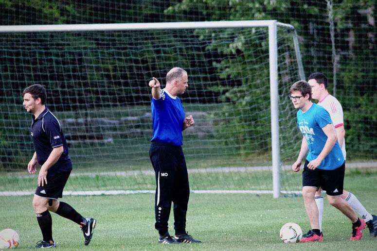 Der Trainer zeigt den Jungs wo's lang geht: Kopf hoch und nach Vorne schauen. Für Trainer Michael Ohr ist die zweite Niederlage in Folge schon fast als Krise zu bezeichnen. Das gab es bisher noch nicht in seiner Amtszeit beim FCE.