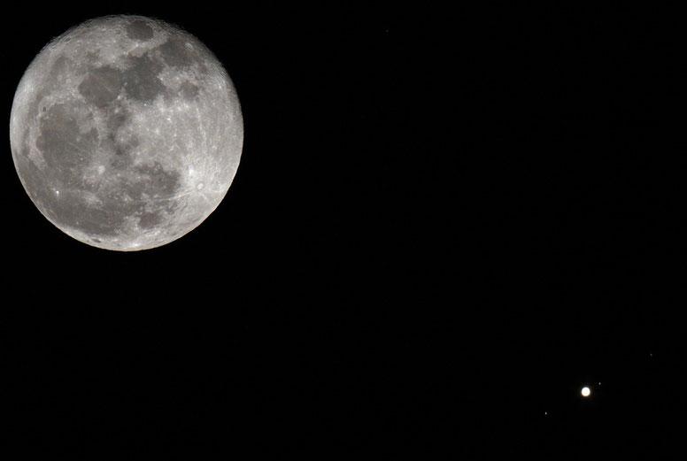 Congiunzione Luna Giove del 09 novembre 2011, sono visibili tre delle quattro lune medicee: Ganimede, Io e Callisto. Europa è occultata dal pianeta