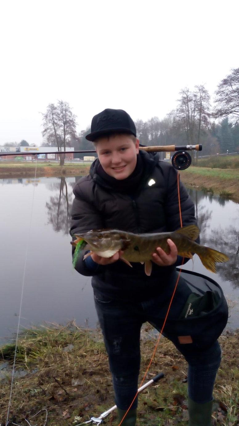 Unser jüngstes FFFOB Mitglied, Oliver hat im Dezember 2018 seinen ersten Raubfisch mit der Fliegenrute gefangen.                         Dickes Petri an dieser Stelle zum tollen Fisch!!! Weiter so.