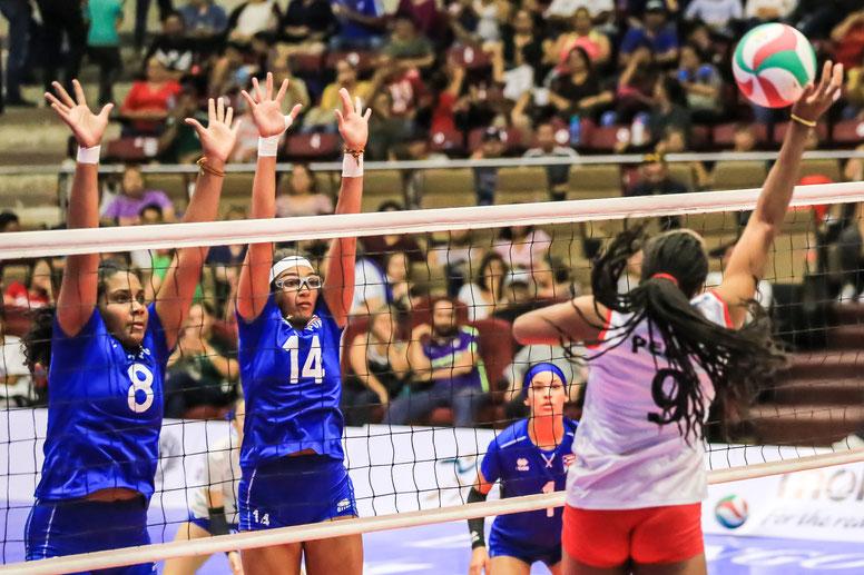 Puerto Rico en uniforme azual fue mejor en el bloqueo 16-11 sobre las peruanas / Foto por Norceca