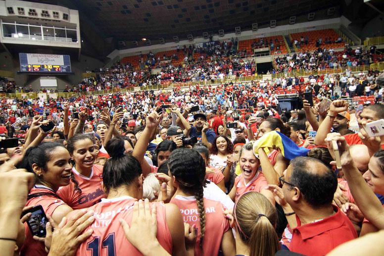 Ante poco mas de 7,000 fanaticos en el Coliseo Roberto Clemente, las Criollas de Caguas celebraron su campeonato #5 de forma seguida en la LVSF / Foto por Heriberto Rosario Rosa