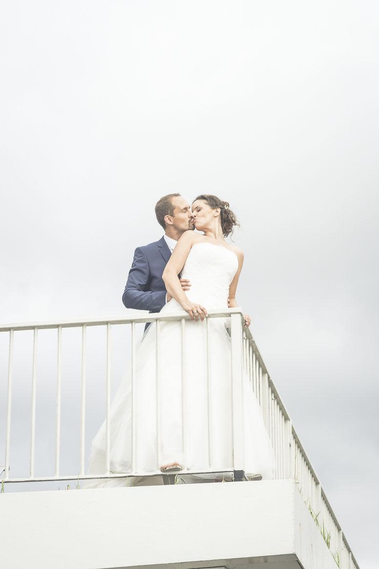 Hochzeitsfotograf Hamburg - Hochzeitsfoto wie auf der Titanic, allerdings an der Elbe auf einem Fähranleger in Blankenese