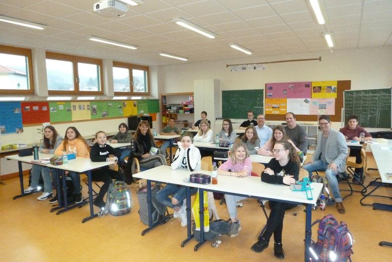 Die Klasse 7 mit Autorin Stefanie Neeb, Frank Schneider (Bayernwerk), Robert Herold (Bürgermeister) und Michael Meisenzahl (Schulleiter)
