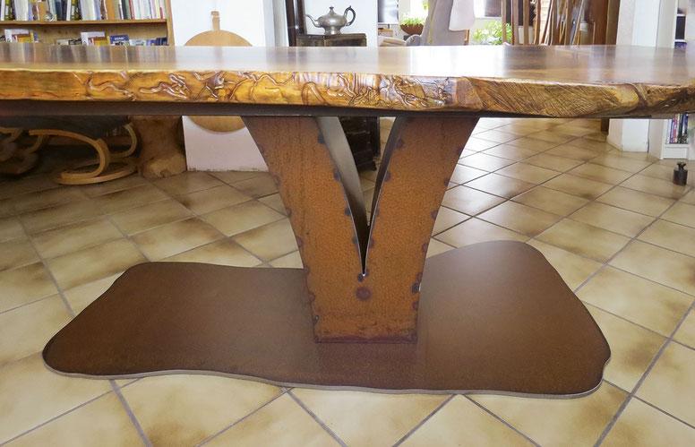 Tisch aus kaukasischem Nussbaum, Bodenplatte ist der Form der Tischplatte angepasst