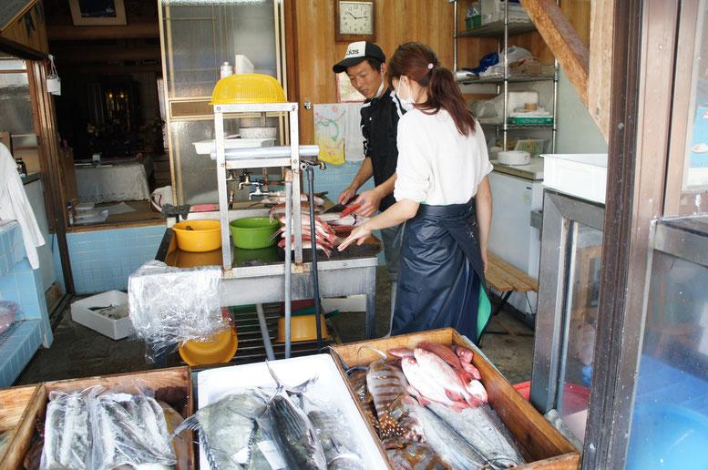 流しでは三代目が奥さんと注文の入った魚を捌いているところでした。仲良し!