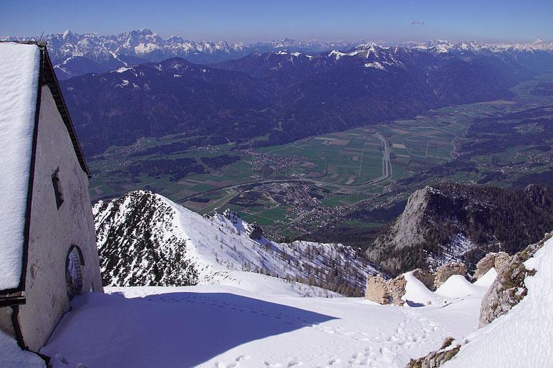 Blick vom Gipfel hinunter zum Kuhriegel und zum Ganges (rechts)