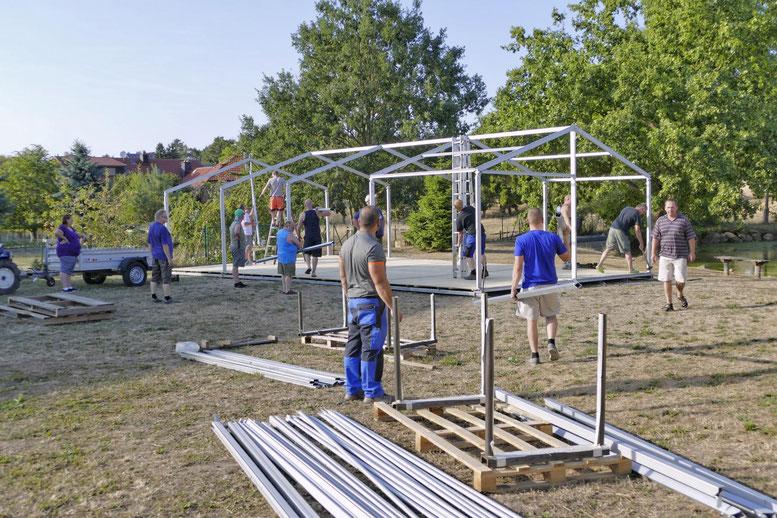 Viele fleißige Helfer sind seit Tagen dabei das Klinzer Teichfest vorzubereiten.