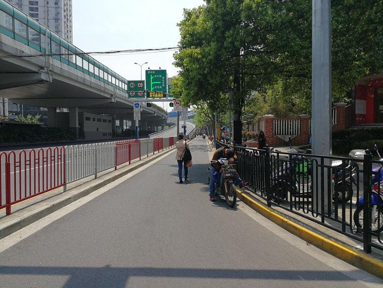 地下鉄「金沙江路駅」の交差点。高架に沿って進めば華東師範大学があります。