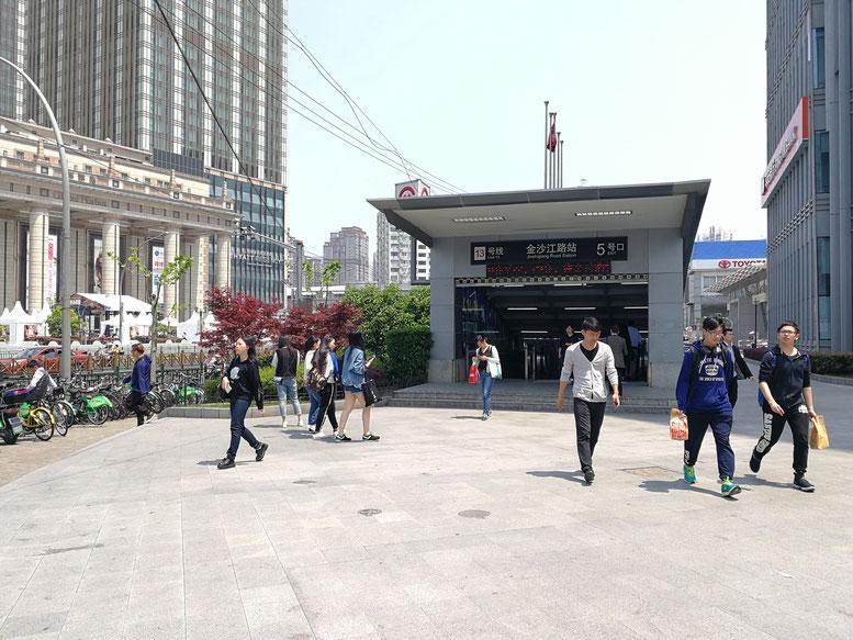 華東師範大学の最寄り地下鉄「金沙江路駅」  地下鉄出口から大学まで徒歩10分