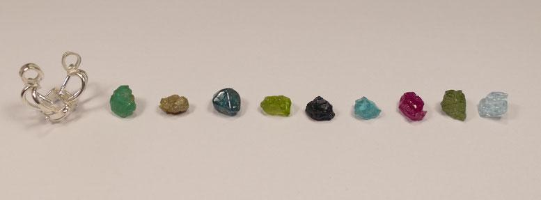 Emeraude - Diamant - Zircon bleu - Péridot - Saphir bleu - Apatite - Rubis - Saphir vert - Aigue-marine
