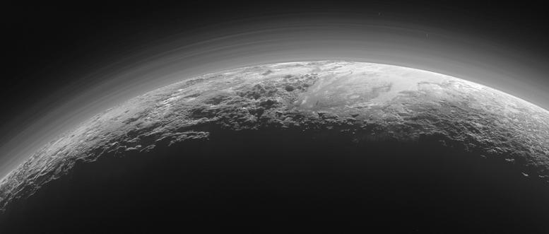 Les montagnes glacées, les plaines gelées et la fine atmosphère de Pluton, juste 15 minutes après le survol...