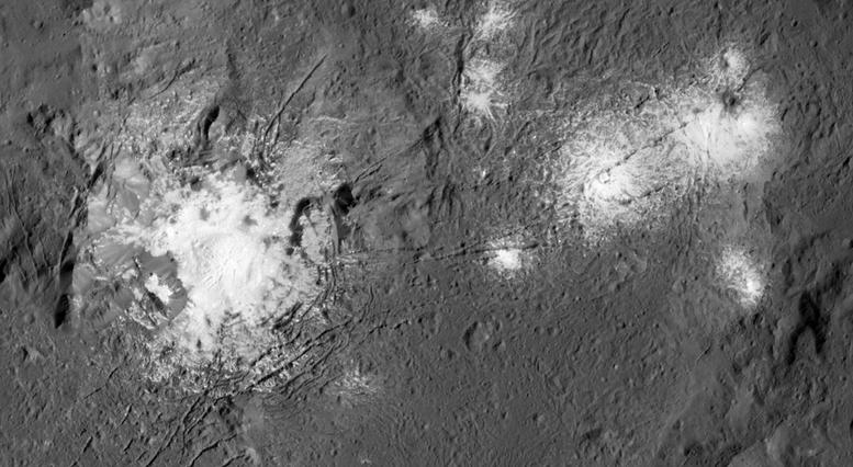 Les dépôts de sel du cratère Occator en gros plan.