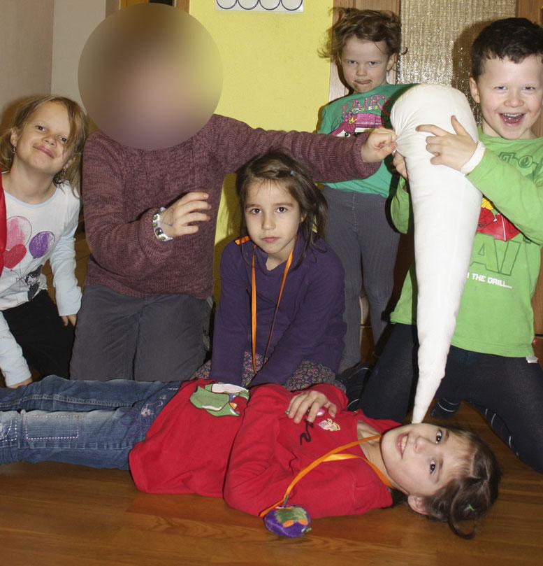 Letzmalig spielten am vergangenem Mittwoch (17.12.2014) die Anzorov-Schwestern Amina und Aza (vorn) mit ihren Herzberger Freunden.
