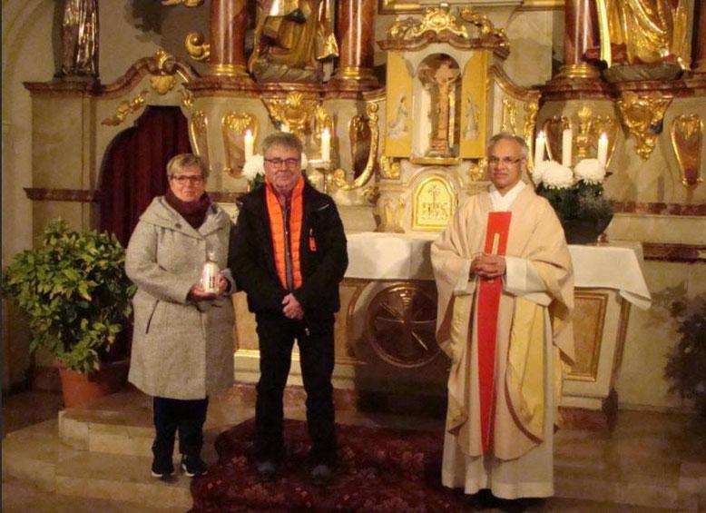 Das Jubelpaar Willibald und Edith List (Goldene Hochzeit) zusammen mit Pfarrer Puthenchira