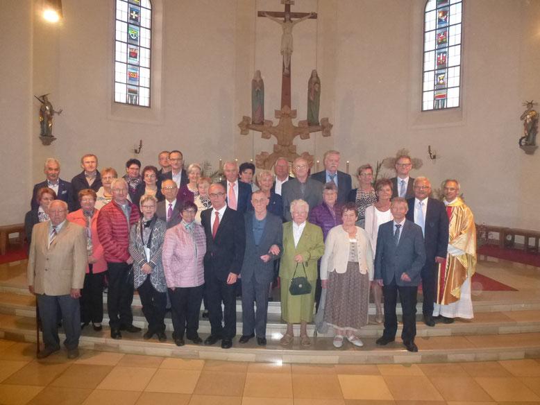"""""""Aus dem Segen dürfen Sie jeden Tag neu schöpfen!"""" - so sagt Pfr. Varghese Puthenchira zu den 16 Ehepaaren, die Ihr 25. bis 67. Ehejubiläum feiern. (Bild: Siegfried Bock)"""