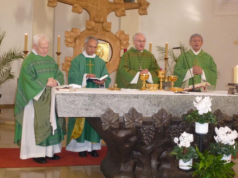 Mit Bischof Rudolf (2. v. rechts) standen am Altar die Geistlichen Andreas Schlagenhaufer, Varghese Puthenchira und Josef Häusler (von l. nach r.).