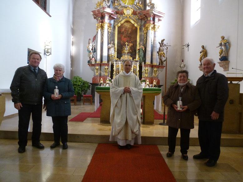 Die Paare der Ehejubiläumsfeier in Kltenbrunn (von links) Richard und Christine Gradl (Goldene Hochzeit), Richard und Anneliese (Diamantene Hochzeit) zusammen mit Pfarrer Puthenchira