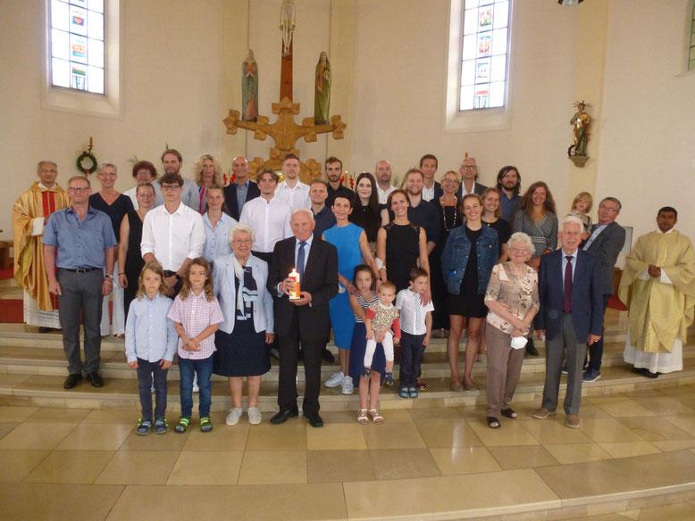 Sie sind sich seit 60 Jahren Halt und Stütze: Alfons und Emma Bogner inmitten ihrer musikalischen Großfamilie